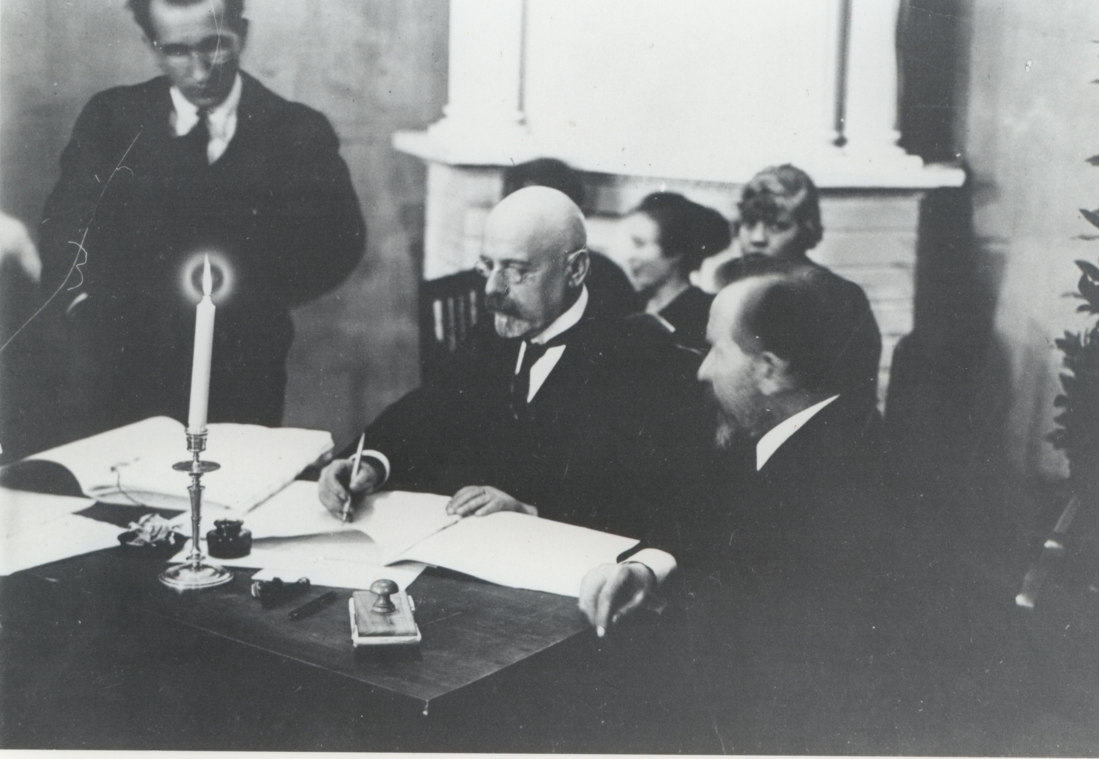 Jaan Poska signing the Tartu Peace Treaty. Photo: National Archives of Estonia.